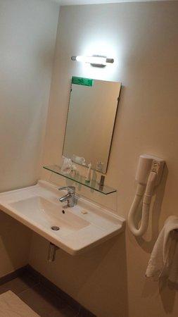 Hotel Arcadia : specchio e lavello minimal ...