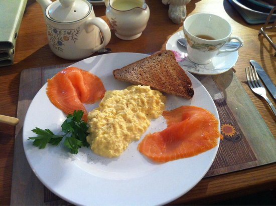 Meadowside Farm Cafe: Smoked salmon and scrambled eggs