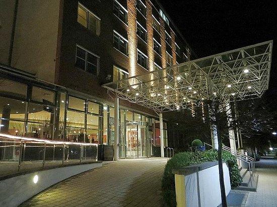 arcona Hotel Baltic: Hotelvorfahrtsbereich bei Nacht