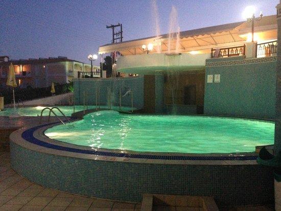 Hotel White Olive Premium: Pool at night