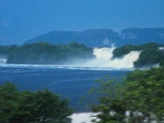 Campamento Canaima : Laguna de Canaima, vista desde el Campamento Venetur