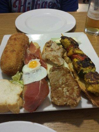 A de Arco: Croqueton, jamon con tomate y huevo de codorniz, solomillo con torta de la serena y pinxito de p