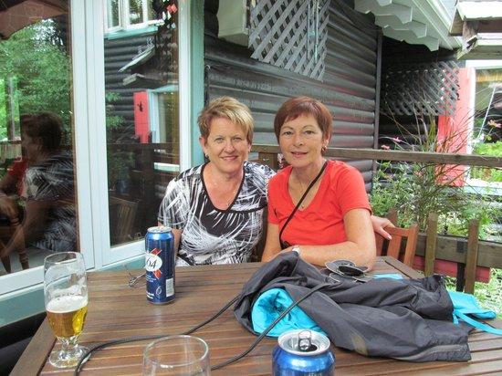 Auberge Le Lupin B&B: Helene et Florence sur la terrasse