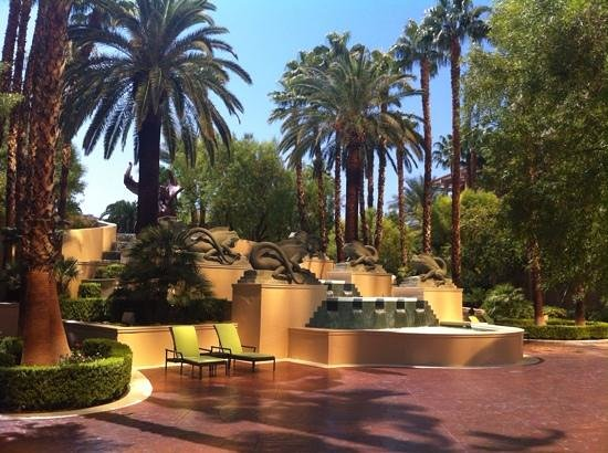Four Seasons Hotel Las Vegas: Grounds of the Four Seasons were beautiful