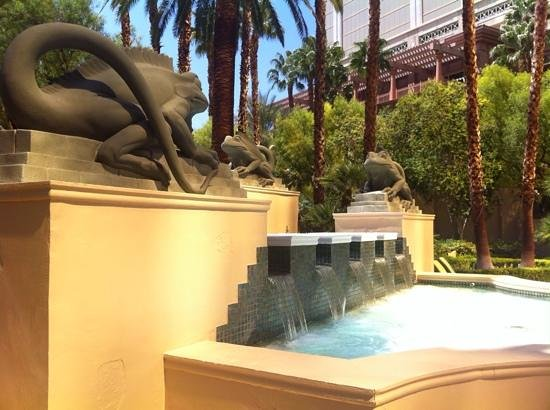 Four Seasons Hotel Las Vegas: Funky lizard waterfall next to the pool