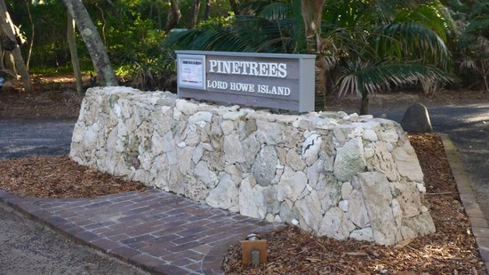 Pinetrees Lodge: Hotel front