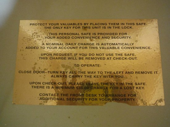 Comfort Inn at the Park: Notice on the safe that you're going to get charged for using it