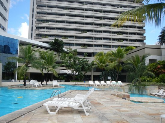 Mercure Recife Mar Hotel Conventions: Piscina e torre antiga ao fundo