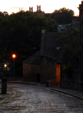 Bell's Brae House Bed and Breakfast: Romantic Bell's Brae Lane at dusk