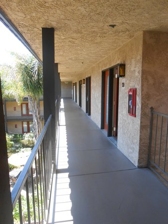 Embassy Suites by Hilton Lompoc Central Coast: Walk-Way to Suites