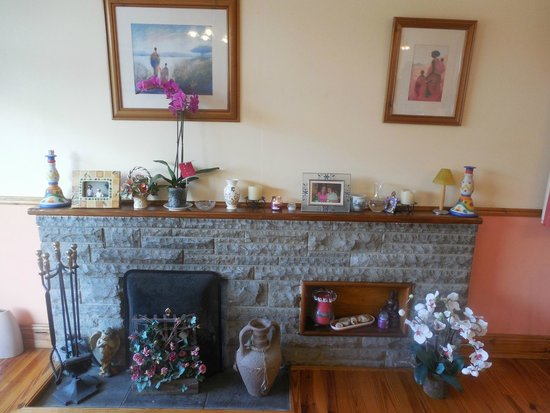 Ach Na Sheen B&B: Fireplace in dining room