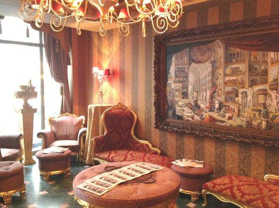 Villa Royale: Small Lounge but very attractive decor