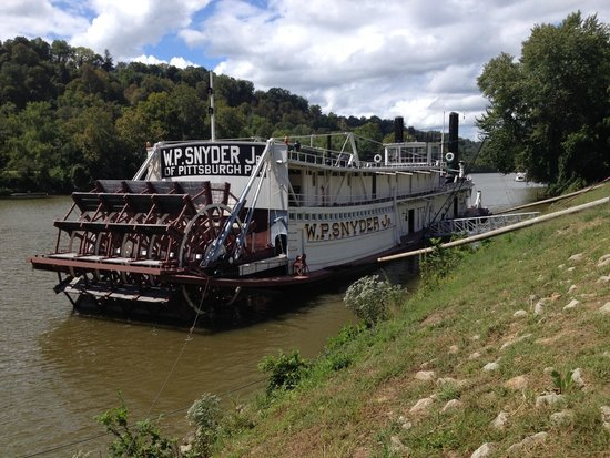 the paddle boat w p snyder jr docked at the ohio river museum