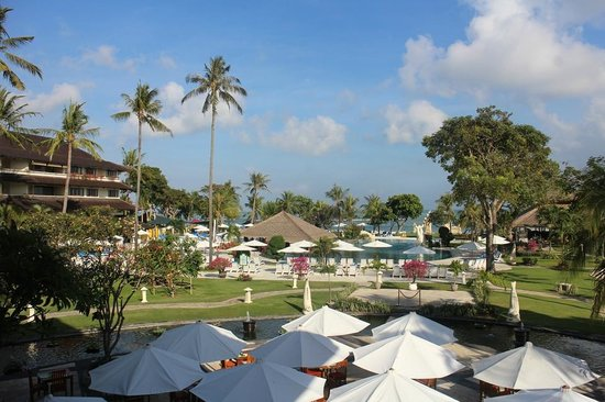 Discovery Kartika Plaza Hotel: The view from the lobby bar out over the pool to the beach