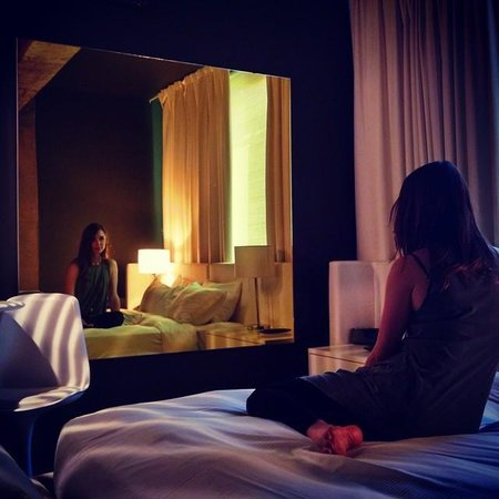 Hotel Zero 1 : View of the room facing the bed/mirror