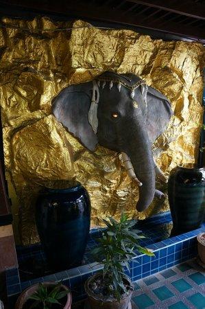 Erawan House : Pemandagan Di Luar Hotel