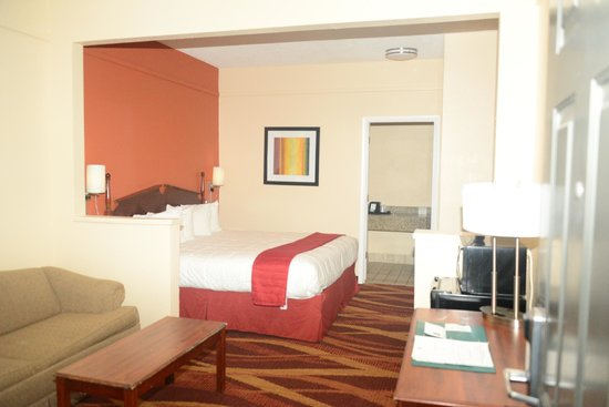 Quality Inn & Suites: Hotel is older but the rooms are fantastic! My room was absolutely wonderful.