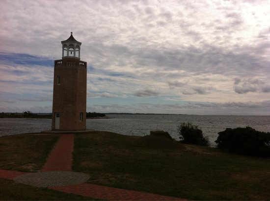 Avery Point Light: View of light and ocean backdrop