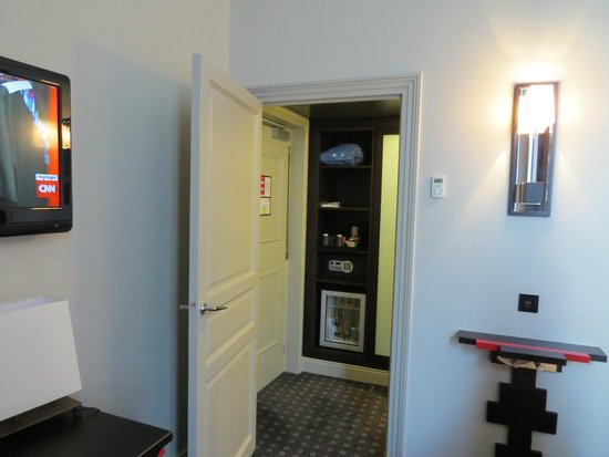 Hotel Stendhal Place Vendome Paris - MGallery Collection: Dressing area, closet, safe, mini bar