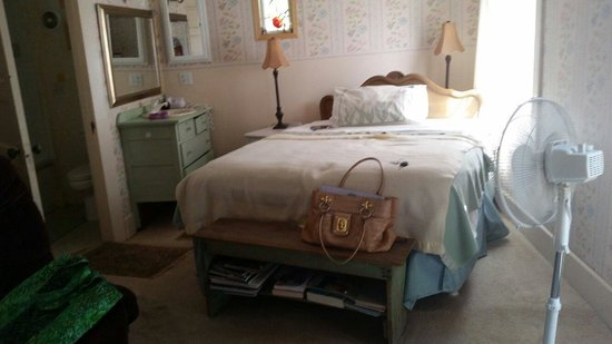 Apple Country Bed and Breakfast: Downstairs bedroom