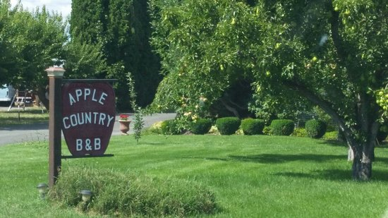 Apple Country Bed and Breakfast: First sign you have arrived