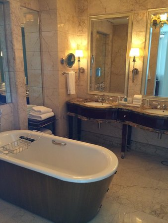 The St. Regis Singapore: Luxury bathroom