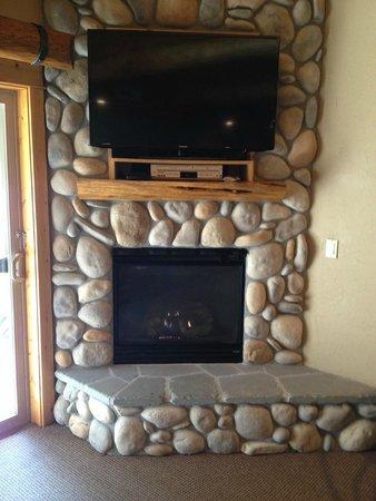 Best Western Ponderosa Lodge: Rock Gas Fireplace & TV