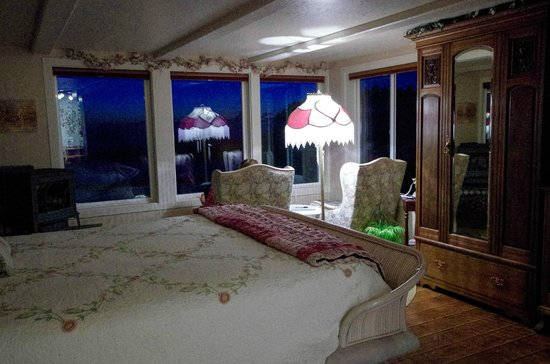 An Ocean Paradise Whales Rendezvous B&B: Bedroom at night