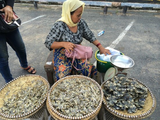Pertokoan Cahaya Bumi Selamat: Penjual ikan kering di muka area pertokoan