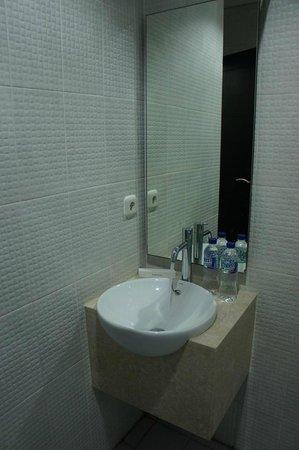 Airport Kuta Hotel and Residences: ванная Airport Kuta Hotel