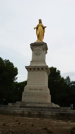 Chateaurenard, فرنسا: Statue on top of hill