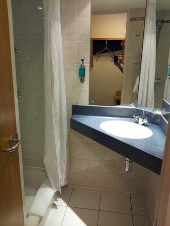 Holiday Inn Express Birmingham NEC: Bathroom