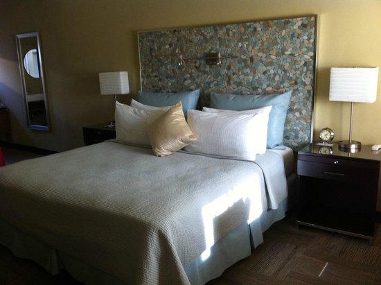 Inn At East Beach: Nice bed and the head piece