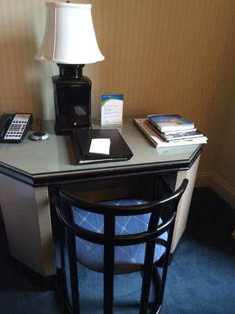 Cincinnatian Hotel: Outdated furniture