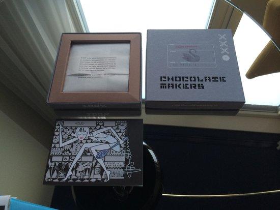 Andaz Amsterdam Prinsengracht : Swan dark chocolate in room