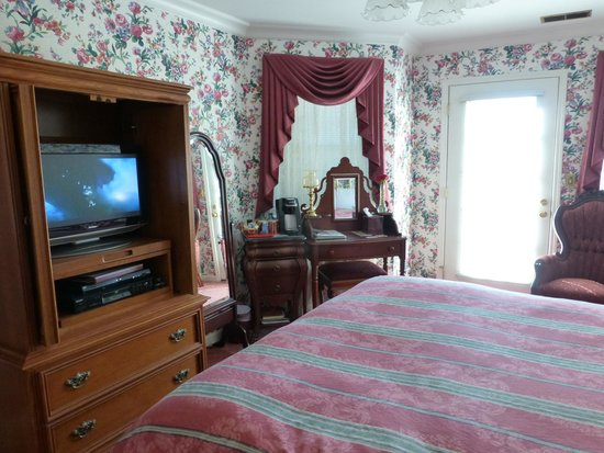 Pacific Victorian Bed and Breakfast: Mountain Room - another view