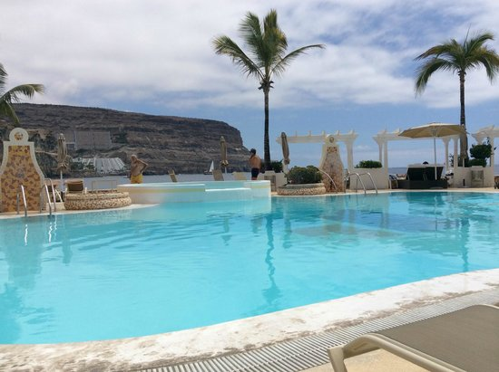 Hotel Puerto de Mogan THe Senses Collection: The pool from a sunbed