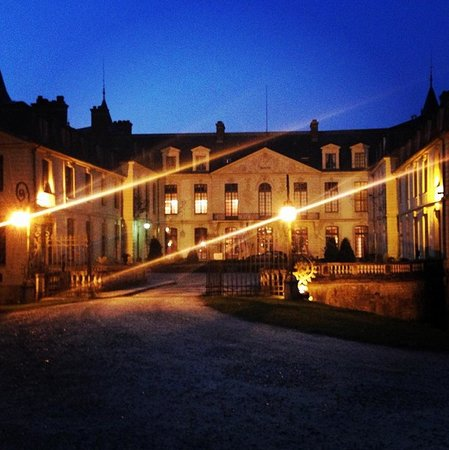 Chateau D'Ermenonville: Front of the hotel