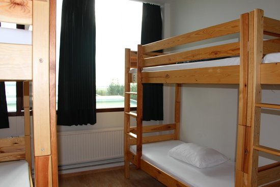 Bus Hostel Reykjavik: bright room with large window and efficient heater
