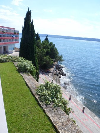 Hotel Histrion: Blick vom Eingangsbereich auf einen Teil des Hotels und auf den WEg Richtung Piran