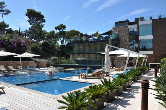 Hostellerie La Farandole : Blick auf Poollandschaft und Hotel