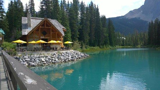 Cilantro On The Lake: Blick auf Restaurant von der Brücke zur Lodge