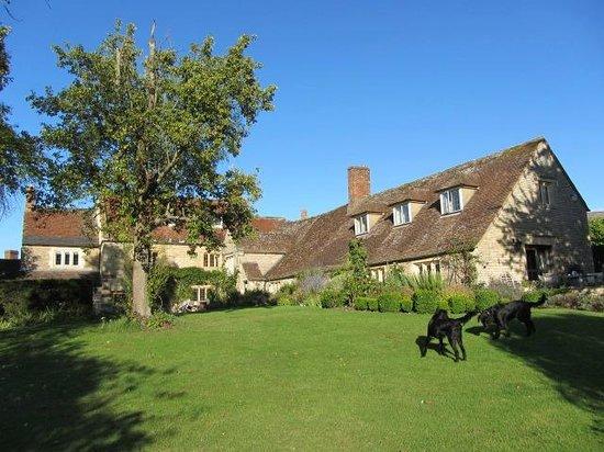 The Old Manor House: Un rincón del jardín y la casa
