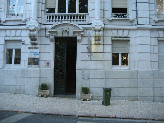Hotel Dom Sancho I: Вход в отель на улице Avenida da Liberdade