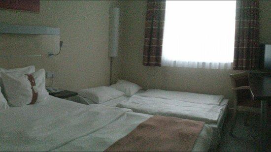 Holiday Inn Express Berlin City Centre: Stanza omologata per 3 persone, ma molto piccola e con divano letto molto scomodo!
