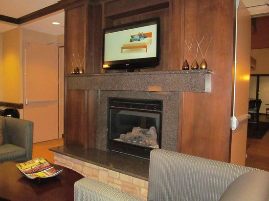 Hampton Inn & Suites Folsom : lobby with fireplace