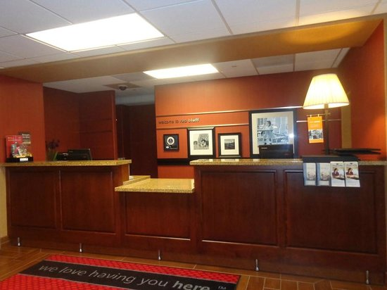 Hampton Inn & Suites Red Bluff: front desk