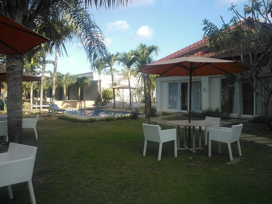 Bali Breezz Hotel: Piscine et jardin