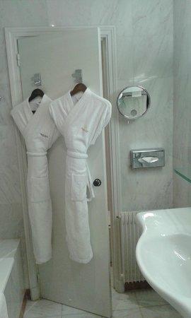 Chateau de Gilly: salle de bain complête