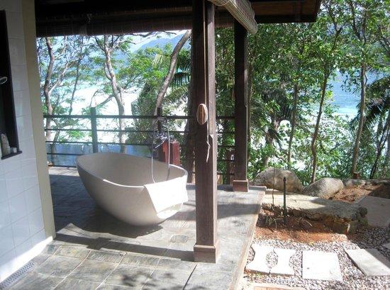 Enchanted Island Resort: tub